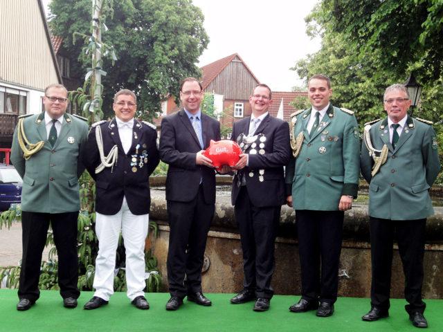 Das Foto zeigt (vl) Thorsten Hölting, Paul Elsing, Alexander Böker, Jungschützenkönig Johannes Gröne, Mathias Schmidt, Hans-Jürgen Krause